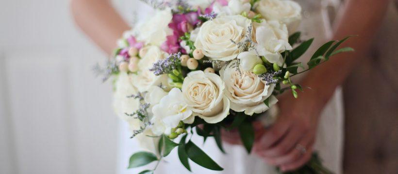 Brud har en buket blomster i hånden