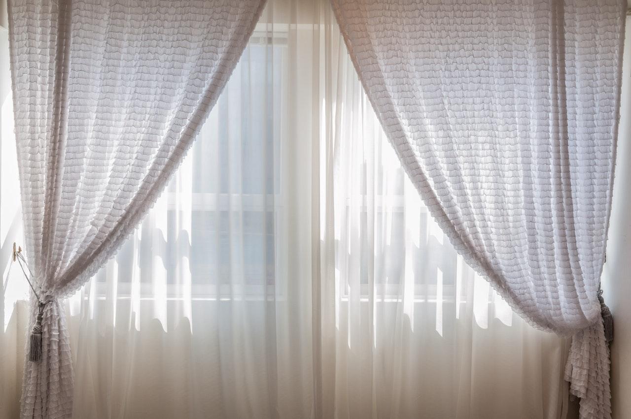 Hvide gardiner i soveværelse