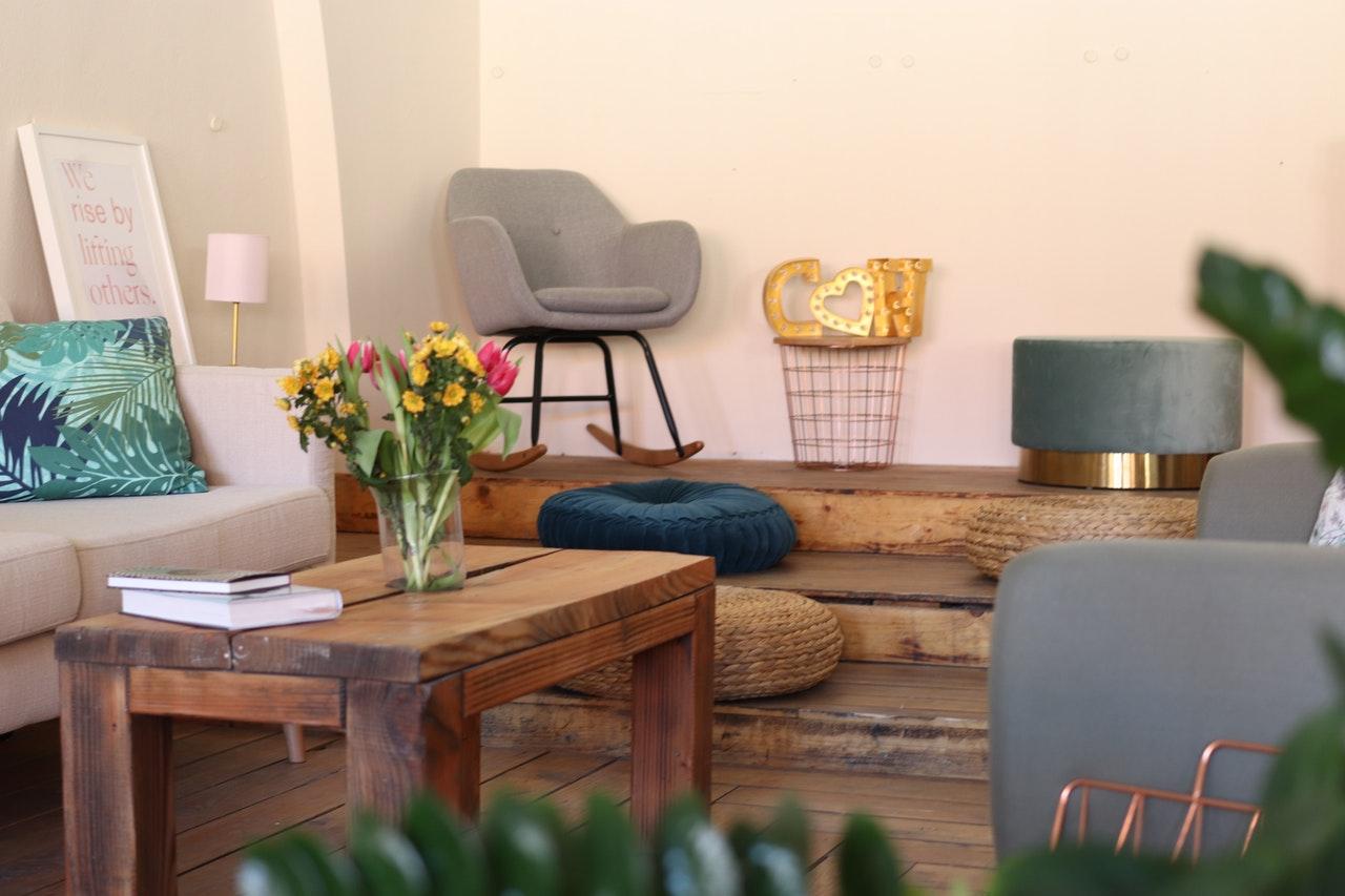 Stue med sofabord og sofa